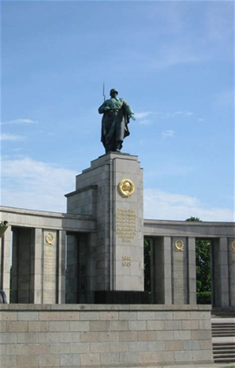 Sowjetisches Ehrenmal, West-Berlin | BERLIN Tour and Guide